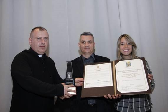 De izquierda a derecha: el rector del Liceo Salazar y Herrera, Jairo Alonso Molina Arango; el director de la Banda de Marcha, Eleazar González Valderrama; y la concejal Nataly Vélez Lopera.