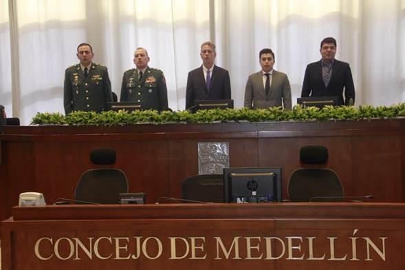 De izquierda a derecha: el Brigadier General comandante de la Cuarta Brigada, Juvenal Díaz Mateus; el Brigadier General, Juan Carlos Ramírez Trujillo; el concejal Carlos Alberto Zuluaga Díaz; el presidente de la Corporación Jaime Alberto Mejía Alvarán; y el senador Juan Diego Gómez Jiménez.
