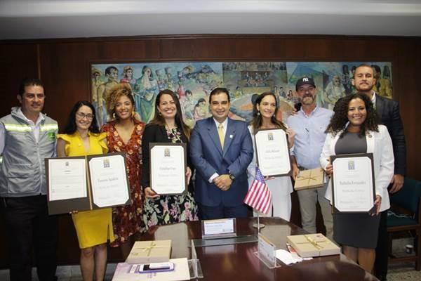 El vicepresidente segundo de la Corporación, Manuel Alejandro Moreno; y la concejal Daniela Maturana Agudelo, durante el recibimiento de la delegación de asambleístas colomboamericanas, acompañados de funcionarios del Área Metropolitana del Valle de Aburrá.