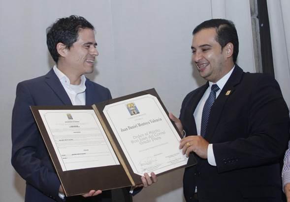 De izquierda a derecha: el director de orquesta, Juan Daniel Montoya Valencia; y el concejal Manuel Alejandro Moreno Zapata, proponente del reconocimiento.