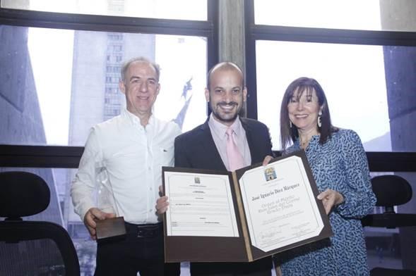 De izquierda a derecha: el señor José Ignacio Díez Márquez; el concejal Santiago Jaramillo Botero; y la esposa del señor Díez Márquez