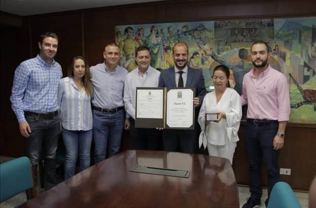 El concejal Santiago Jaramillo Botero hace entrega de reconocimiento a directivos y empleados de la empresa Plasmar S.A.