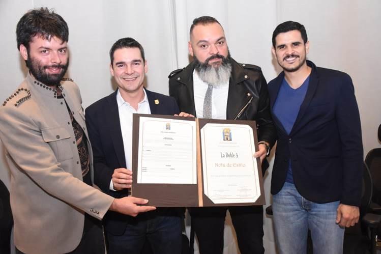 De izquierda a derecha: Camilo Ángel Castro; el concejal Jaime Roberto Cuartas Ochoa; Andrés Sierra Ocampo y Nicolás Parra Acevedo, integrantes de la agrupación La Doble A.